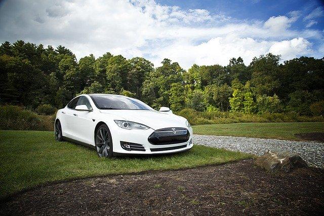 Tesla prináša rekordný počet elektromobilov