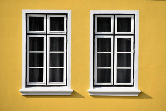 dve rovnaké okná.jpg