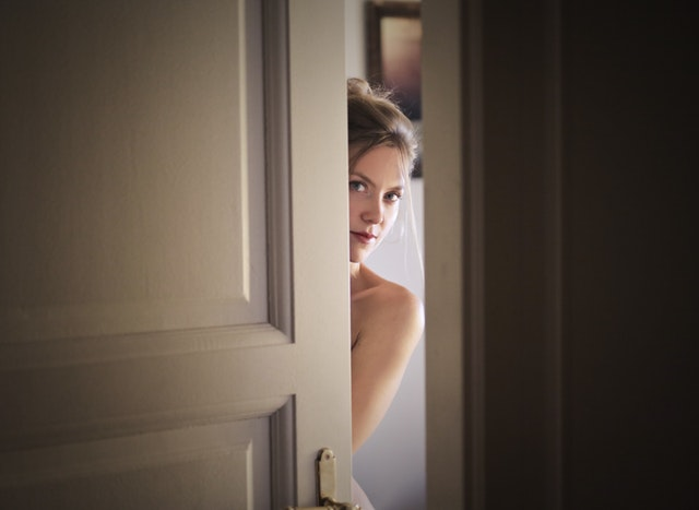 Žena otvorila dvere.jpg