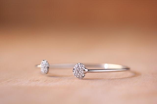 Strieborný tenký prsteň s kamienkami