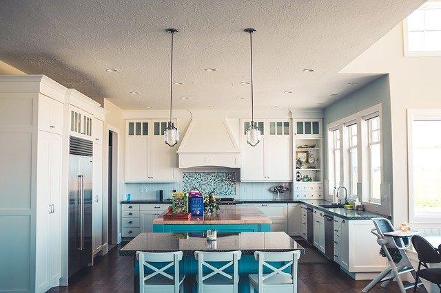 Priestranná a moderná, taká je kuchyňa s obývačkou
